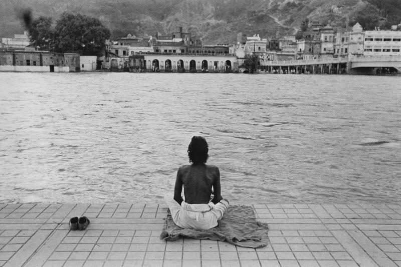 Meditazione in riva al Gange, Haridwar, India 1960