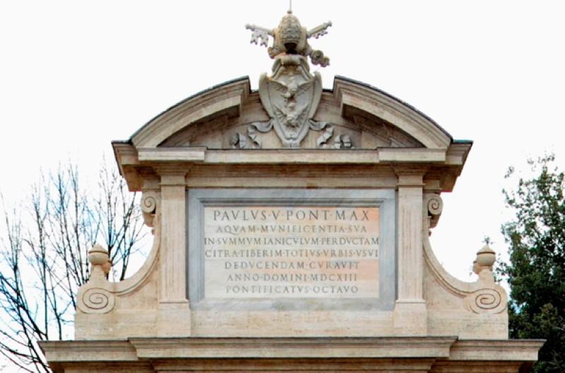 particolare dell'attico con stemma della famiglia Borghese