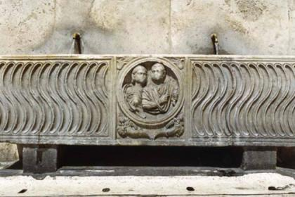 Fontana sarcofago lato Basilica Santa Maria del Popolo ph Sovrintendenza Capitolina ai Beni Culturali