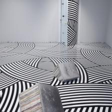 Jim Lambie The Strokes (Black & White), 2008 nastro in vinile, dimensioni variabili Veduta dell'installazione Unknown Pleasures, 2008 Tokyo, Hara Museum of Contemporary Art © JIM LAMBIE, by SIAE 2021
