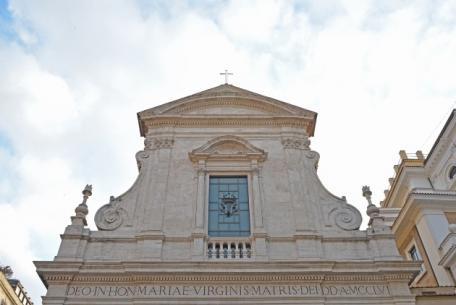Santa Maria in Via - La facciata della chiesa vista da Largo Chigi
