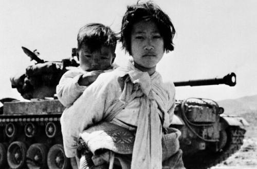 Ragazzina coreana con il fratello sulle spalle a nord di Seul durante la guerra di Corea, 1951 © courtesy UN Photo/United States Navy