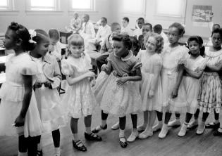 Integrazione scolastica alla Bernard School. 27 maggio 1955. Washington, D.C., U.S.A. Foto di Thomas J O'Halloran. © Courtesy U.S. News & World Report Magazine Photograph Collection Library of Congress